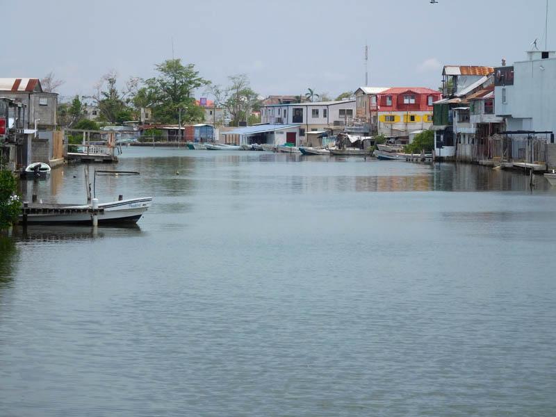 Holzhäuser am Haulover-Creek in Belize City