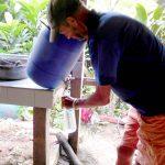 Wasser zapfen - Mit Jod-Tabletten wird Regenwasser trinkbar gemacht