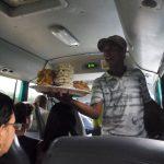 Fliegender Händler im Bus