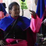 Die Guambiano Frau spinnt überall