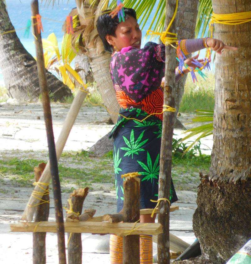 Kuna Frau mit traditioneller Tracht und rot geschminkten Wangen