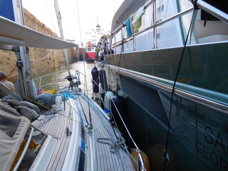 Die Rebell hängt am Motorboot - an der anderen Seite hängt die Seven Seas