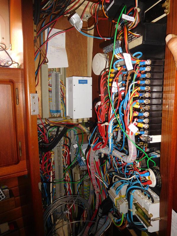 Schaltkasten - jetzt aufgeräumt und mit beschrifteten Kabeln