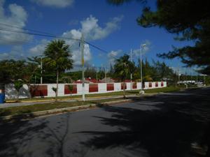 Zaun mit roten Löchern vor der Behörde