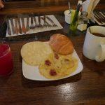 Arepa allgegenwärtig zum Frühstück plus süßem 'Brötchen'