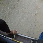 Ein Bein, mit Glitzer-Schuh, passt nicht mehr rein