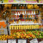 Obst-Stand mit fertig geschnittenen Portionen