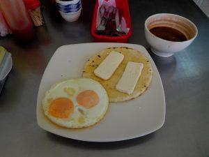 Typisches Frühstück - Ei, Arepa, Käse, Kakao