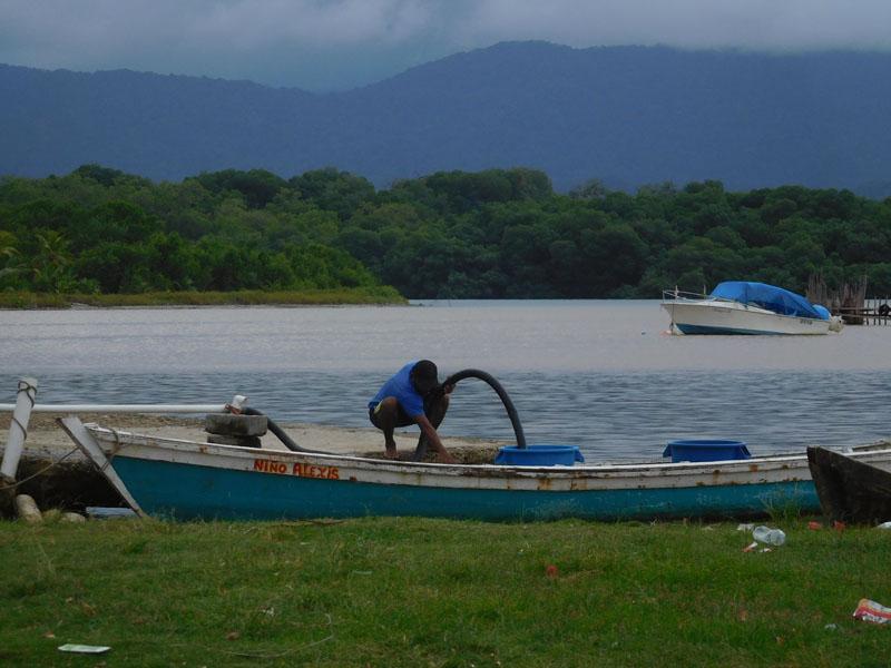 Frischwasser-Zapfstelle mit dem Festland im Hintergrund