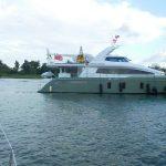 Eine fette Motor-Yacht kommt in die Mitte