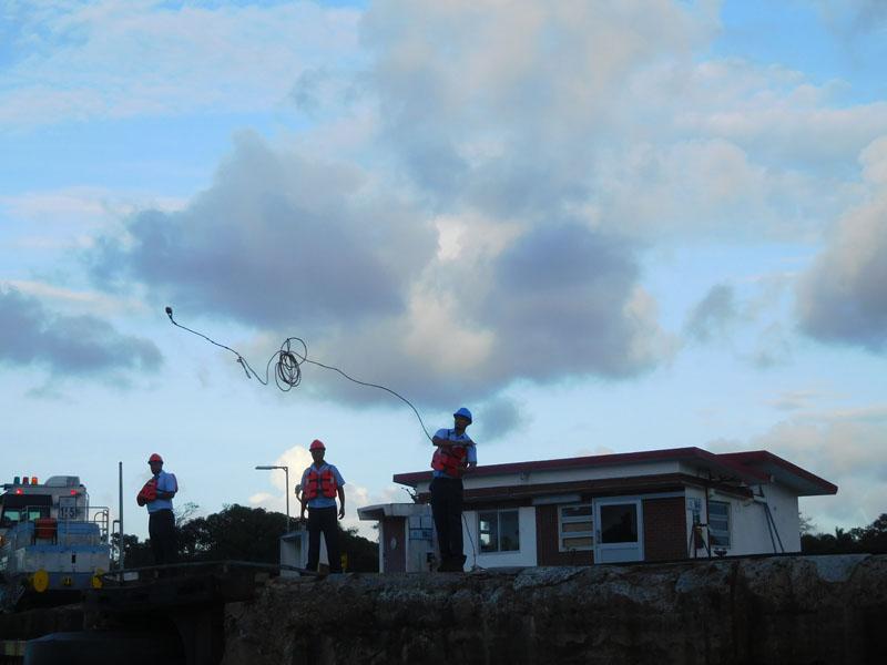 Zielgenau kommt die Affenfaust geflogen - die Jungs werfen ziemlich gut