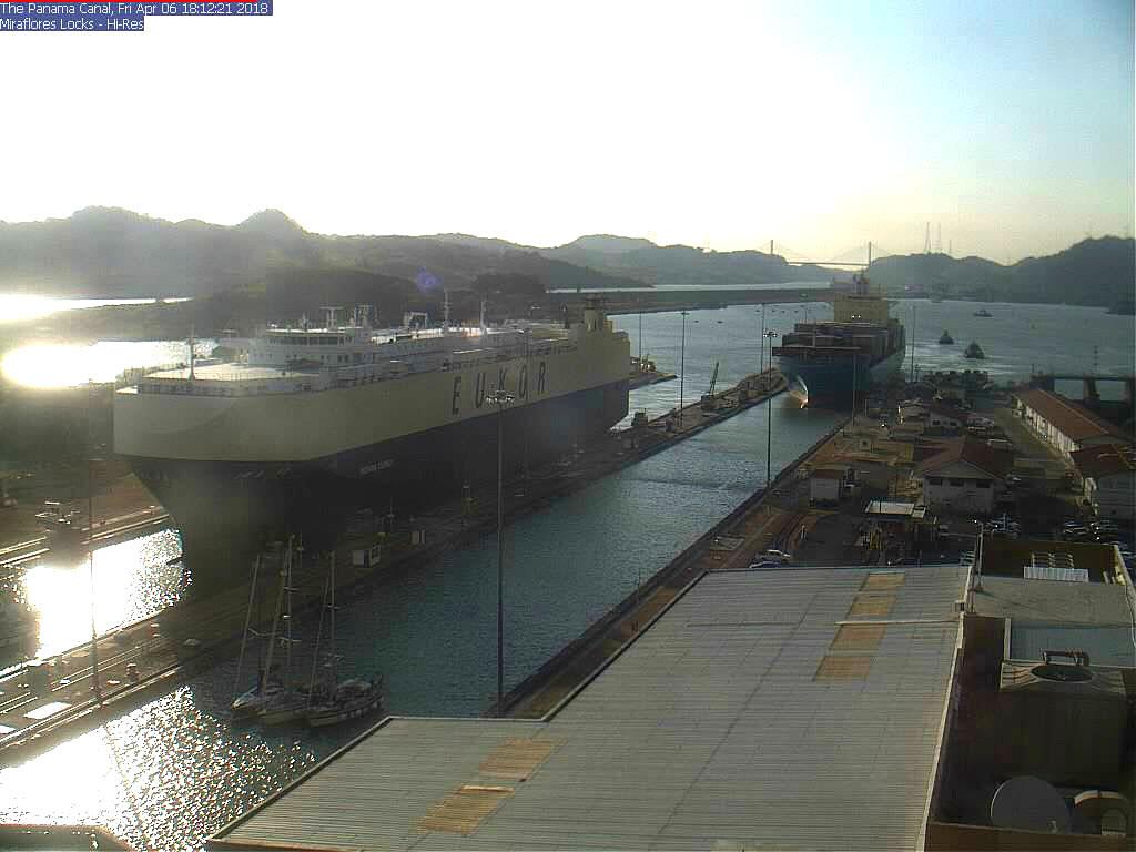 Der Maersk Damper folgt uns und in der linken Schleuse liegt 'Morning Courier' von morgens