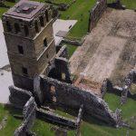 Überreste der Kirche mit ihren Glockenturm