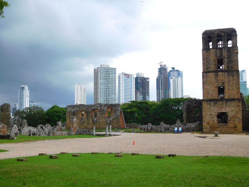 Die Altstadt umzingelt von den Hochhäusern