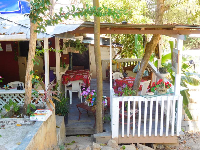 Kleines Restaurant auf Contadora - gemütlich wie bei Oma auf der Veranda