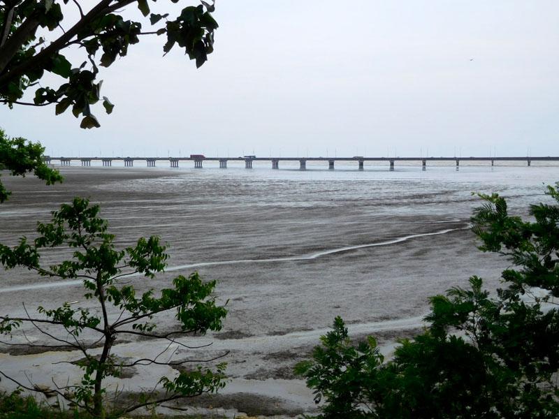 Umgehungs-Autobahn einfach ins Meer gebaut