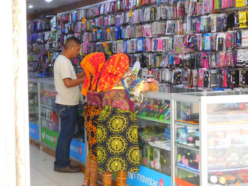 Zwei Kuna Indianerinnen im Handy Shop - was für ein Kontrast