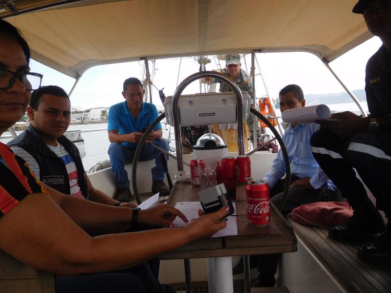 Das Cockpit voll mit Immigration- und Gesundheits-Inspektoren