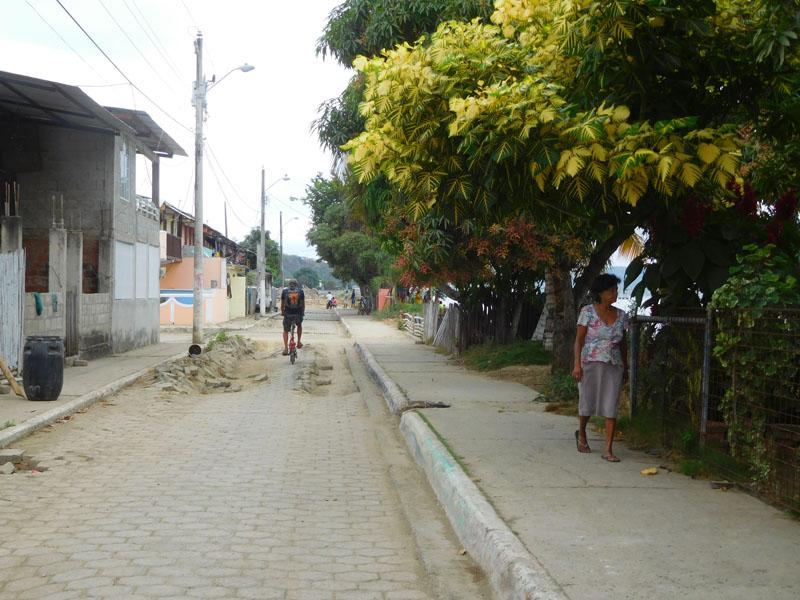 Mit dem Fahrrad unterwegs: Die Reihenhäuser der Fischer - aufgebrochene Straßen durch Erdbeben