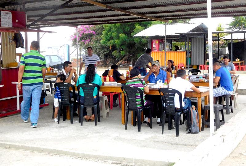 Gut besuchte Encebollado-Bude - hier gibt es den kleinen Teller für 2 USD