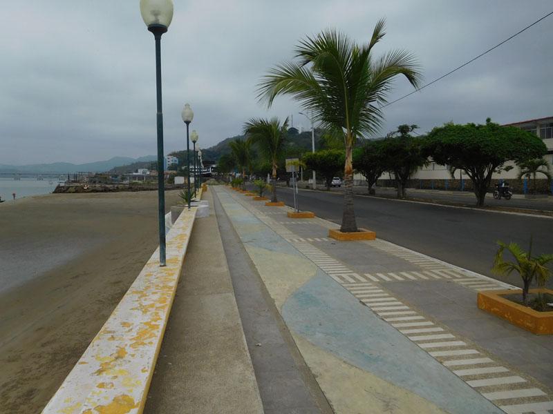 Touristen gibt es keine mehr auf der Promenade nach dem letzten Beben trotz kilometerlagem Flussstrand - im Hintergrund - vor der Brücke- die Marina