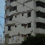 Unbewohnbare Hochhäuser werden abgerissen und neue sind im Aufbau