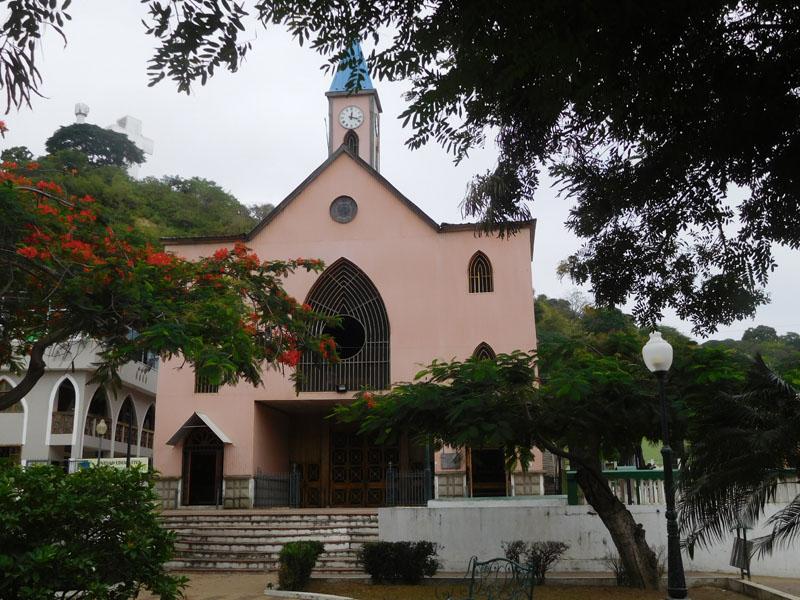 Die Kirche ist aus rosa und hellblauem Wellblech - gewagtes Design