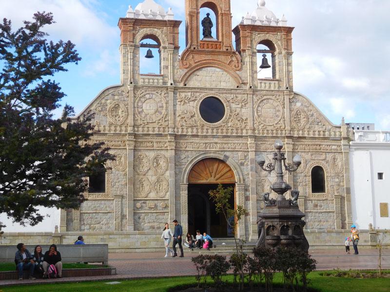 Durch Erdbeben zerstörte Kirchenfront an anderer Stelle wieder aufgebaut