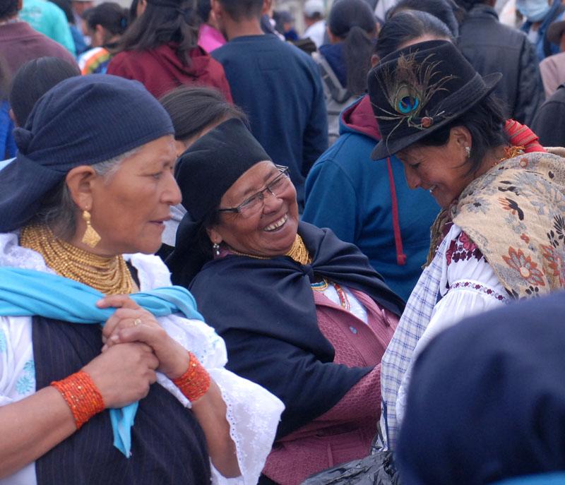 Goldkette, Rüschenbluse, und Koralle am Handgelenk - der Filzhut ist in Otavalo eher seltener