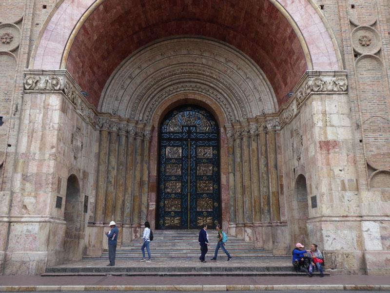 Das mächtige Portal der Kathedrale