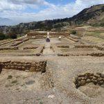 Die Ruinen der Vorratslager und Häuser, gebaut auf den Fundamenten der Cañari, die nur runde Steine verwendeten