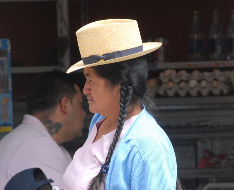 Frau trägt Panama Hut