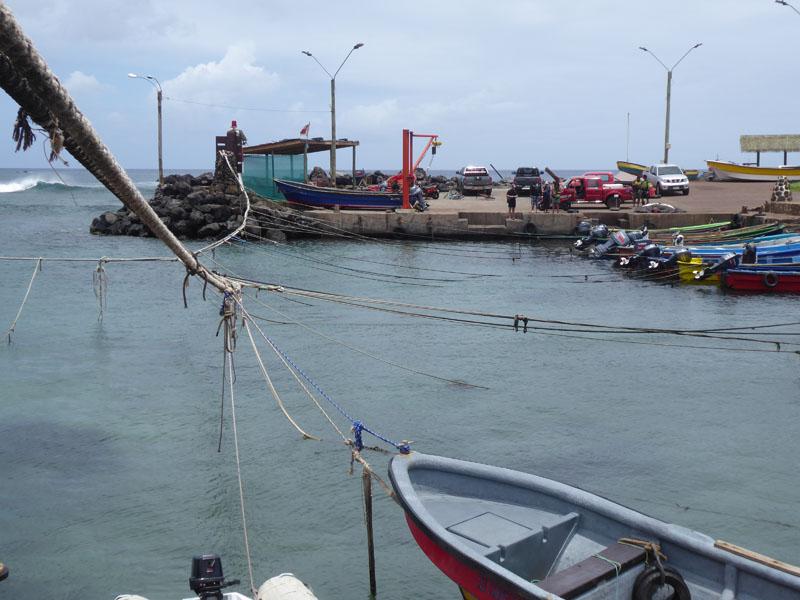 An Seilen werden die Fischerboote vor Schwell geschützt