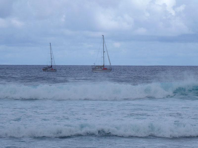 Hinter den Wellen liegt der Ozean wie ein Handtuch da