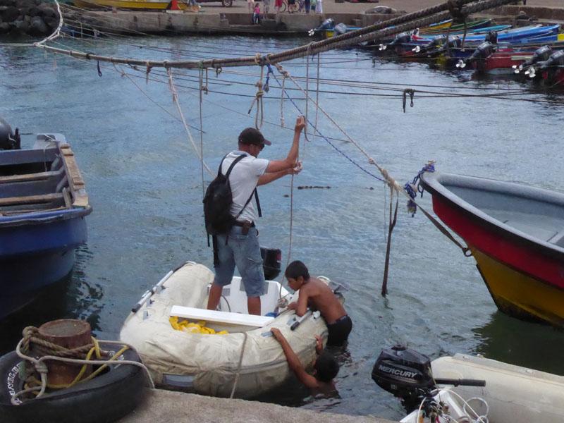 Kinder entern sofort unser Dinghy - der Hafen ist der schönste Abenteuerspielplatz