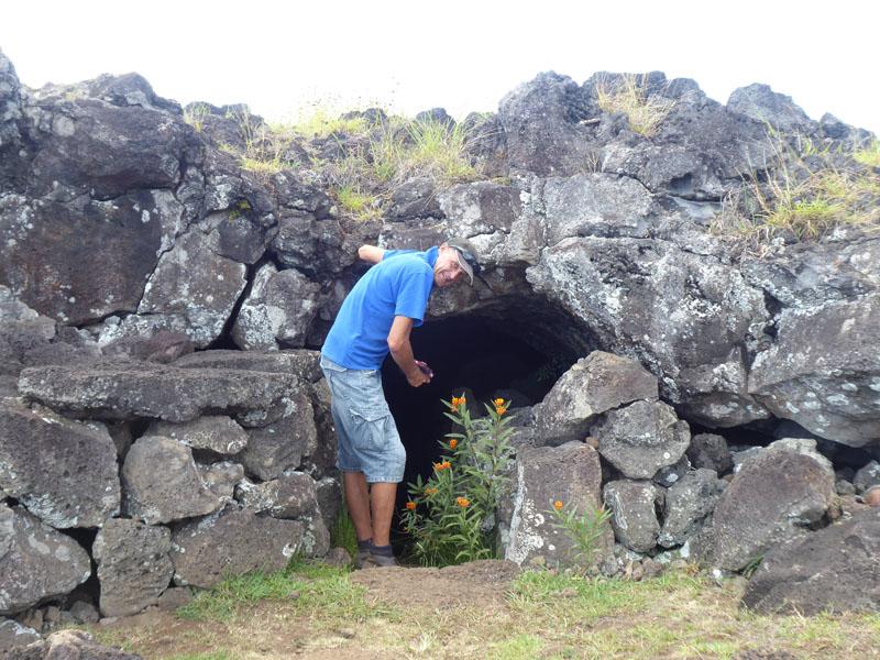 Höhleneingang in eine Lava-Röhre