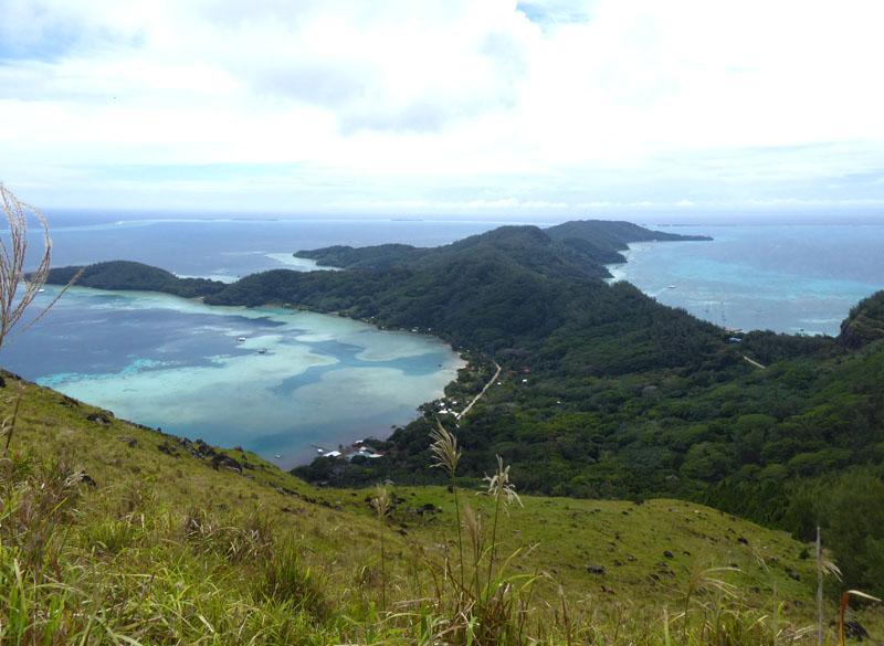 Mangareva - rechts das Ankerfeld - links die Perlenzüchter in der Bucht